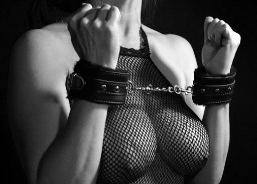 Láká vás při sexu přitvrdit? BDSM pro začátečníky.